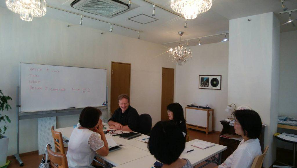 大人のグループ英会話クラスレッスン風景