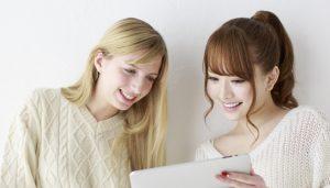 外国人に説明する日本人女性