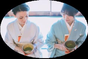 外国人にお茶の作法を教える女性