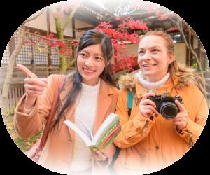 外国人女性を観光案内する日本人女性